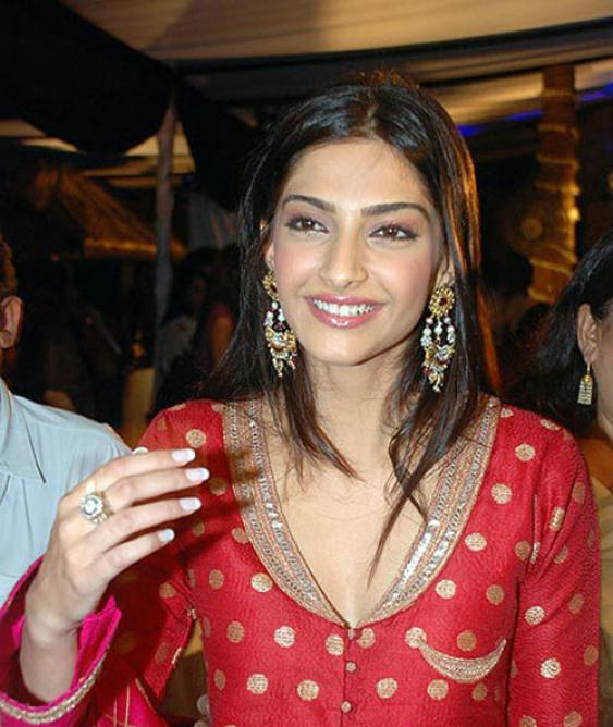 Sonam Kapoor Hot Wallpapers In Saree. Sonam Kapoor