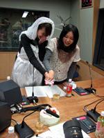 Koshimizu Ami (left) and Sanpei Yuuko prepare to cut the cake