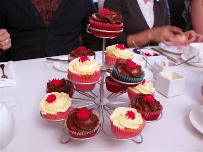 Cupcakes vanilla chocolate stand