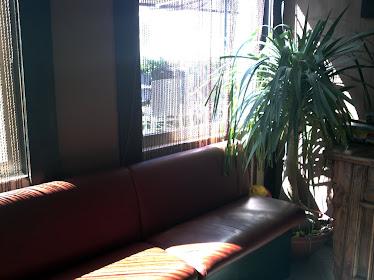 Amplio y confortable sofá para clientes que esperan a sus acompañantes