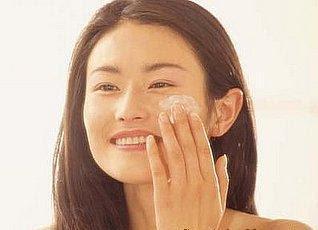 woman apply retinol
