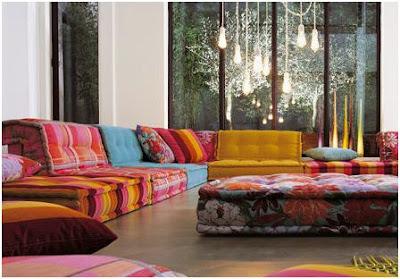 sofa con cojines cuadrados