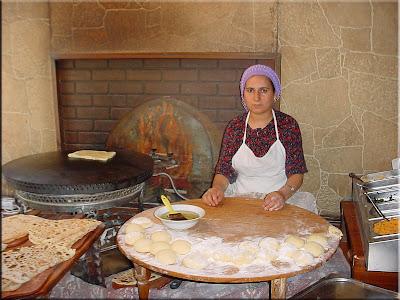 Mujer cociendo tortas