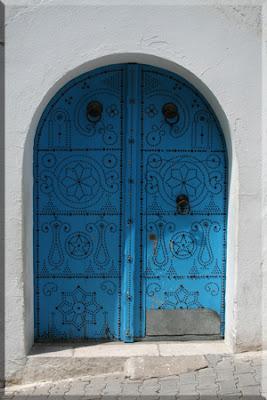 Típica puerta azul tachonada de Sidi Bou Said