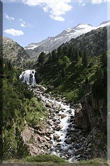 Cascada de Forau de Aiguallutx, arriba el Pico Aneto