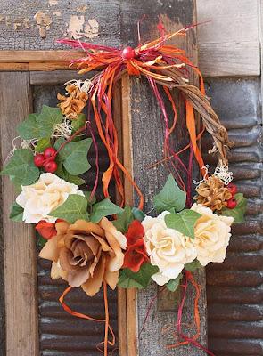 wieniec na drzwi, girlanda, różę herbaciane