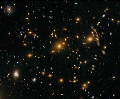 Galaxia Abell 370, aflată la o distanţă de 5 milioane ani lumină