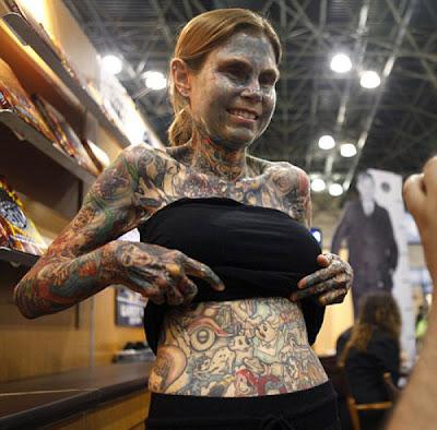 Femeie cu 95% din corp acoperit de tatuaje