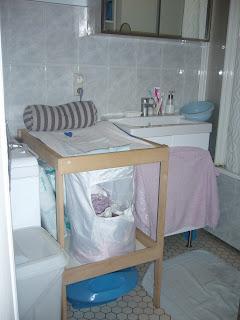 J 39 apprends avec maman premiers am nagements - Table a langer pour salle de bain ...