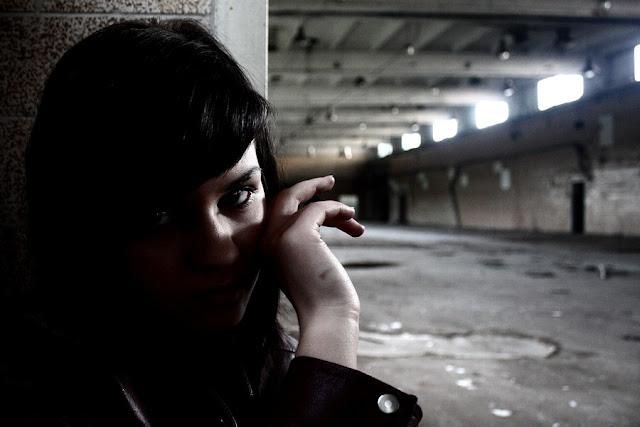 Dziewczyna w opuszczonej piekarni