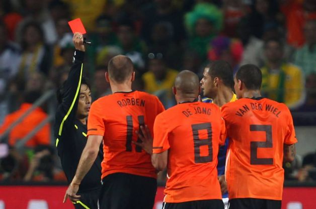 [FINAL] Real Madrid - Inter de Milan Referee+Yuichi+Nishimura+issues+a+red+card+to+Felipe+Melo+of+Brazil+after+a+tackle+on+Arjen+Robben+of+the+Netherlands