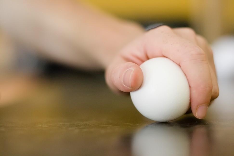 how to crack an egg open with one hand