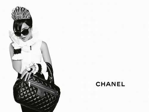 This is a chanel advertising campaign with lily allen the black and white really contrast each other and make the advert stick out on the page