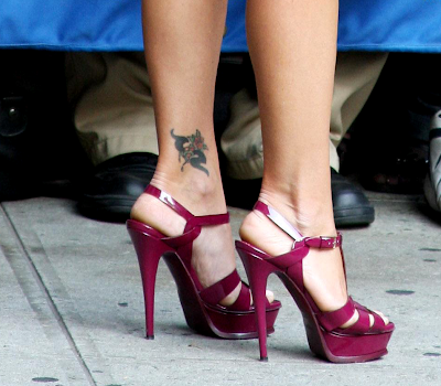 Chip Kelly on Kelly Ripa   S Ankle Tattoo   To Me It Looks Like A Stylized Kangaroo