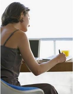 mulher escrevendo na mesa