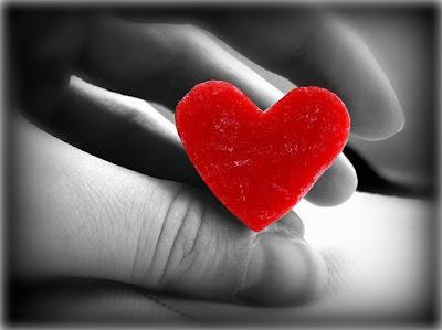 coração vermelho, entre os dedos,entre as mãos,shakespeare