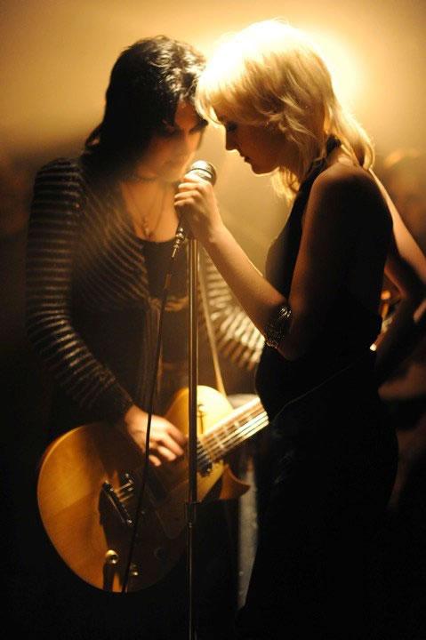THE RUNAWAYS - GAROTAS DO ROCK quot  - FILME SOBRE A BIOGRAFIA DA BANDAKristen Stewart And Dakota Fanning In The Runaways