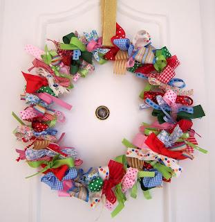 Vintcycle studio christmas wreath for Como hacer una corona de navidad para la puerta