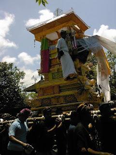 op weg naar de crematie in de buurt van Ubud