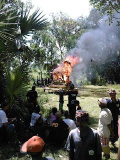 De eigenlijke crematie, niet aan te raden tijdens een vakantie...