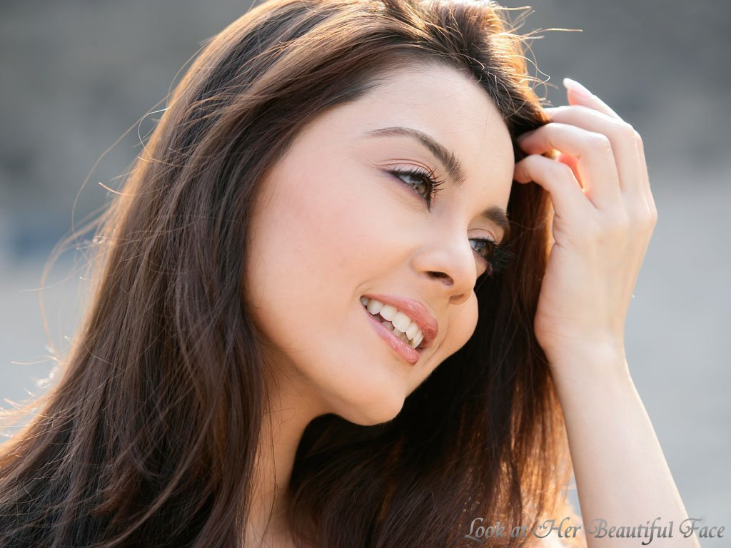 look at her beautiful face: look at minissha lamba beautiful face