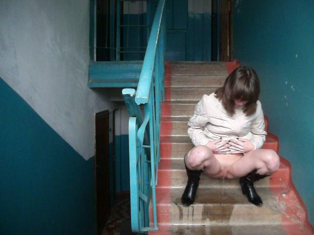Женщина писает в подъезде фото 271-303