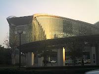 朝日を受ける金沢駅