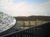 天水皿の向うにはデジタルタワーと陶磁資料館が