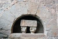 Sarcòfag gòtic amb els capitells originals de Sant Pau de Casserres