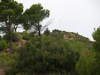 Coll al Serrat de l'Oca. A primer terme la Roca del Turó i darrere seu el Turó de la Senyera