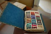 Al despatx de producció també s'hi guarden mostres de tots els colors de fil que es tenien o podien tenir, així com mostres de roba.