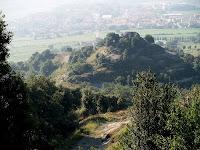 El Turó del Coll de Gallina des de la pujada al Castell de Torelló