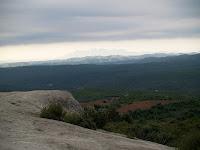 Vista des del Serrat de la Madrona, al fons Montserrat
