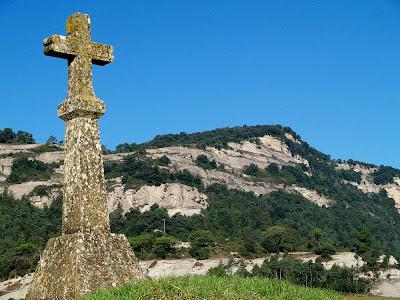 La Creu del Pou i darrera la cinglera del Fabregar