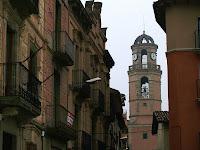 Campanar de l'església de Sant Hipòlit de Voltregà des del carrer de l'Església
