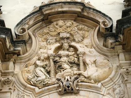 Detall de la façana del Santuari de la Gleva