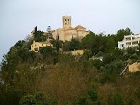 Vista de la Roca amb l'església de Santa Maria, des de la riera de Pontons