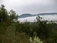 La Serra de Font-rubí sobresurtin enmig de la boira, vista tot pujant al Turó de les Bruixes