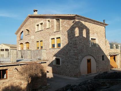 Casa Ponç amb l'ombra de la capella de Sant Ponç