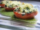 Tomates rellenos con espinacas, queso ricota y salsa de perejil