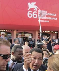 Chávez desfila por la alfombra roja de la Mostra como abanderado del sur