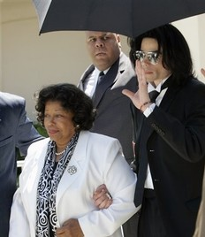 Pensión de 86.000 dólares mensuales para la madre e hijos de Michael Jackson