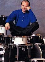 Phil Collins incapacitado para tocar la batería