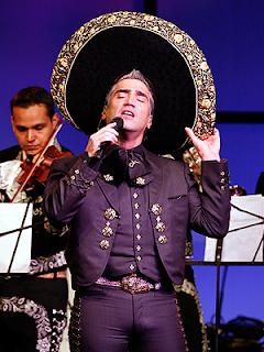Lanzan prendas íntimas a Alejandro Fernández