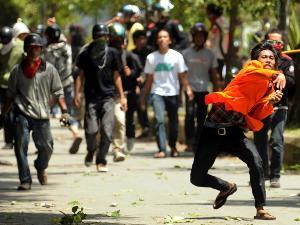 Demo Mahasiswa Makassar Berujung Bentrok