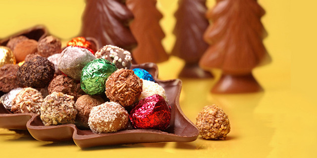 Gift these Christmas Chocolate Wallpapers to your loved ones to exchange