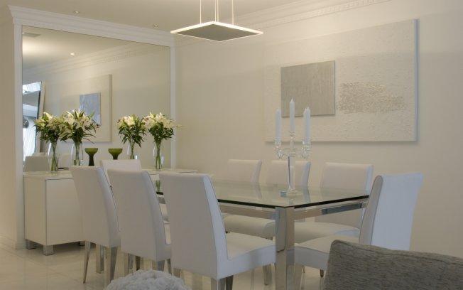 decoracao branco gelo:Detalhes cromados e feitos com vidro complementam o cenário.