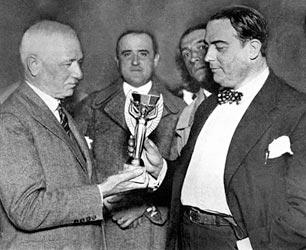Jules Rimet entrega a taça aos uruguaios no torneio de 1930