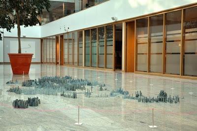 Как выглядит мегаполис из скобок на полу большого зала. Креативное фото необычных увлечений.