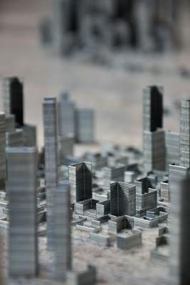 Мегаполис из скобок для степлера Питер Рут. Фото креатив фрагмент мегаполиса из скобок. Невысокие постройки внутри небоскребов. Необычные картинки.